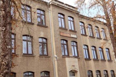 Aus der alten Schillerschule sollen jetzt Wohnungen werden. Das Gebäude steht vor dem verkauf.