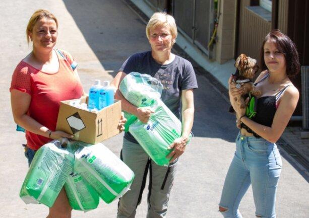 Von der Spendenbereitschaft überwältigt: Eva Pflug, Tierheimleiterin Katrin Soellner und Samentha Postier (von links) erhielten binnen kurzer Zeit zahlreiche Hygieneartikel, um die Neuzugänge zu versorgen.