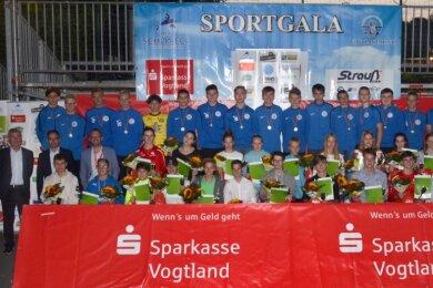 Während der Halbzeitpause des Fußballfreundschaftsspiels zwischen dem VfB Auerbach und dem FSV Zwickau sind am Freitagabend einige der erfolgreichsten vogtländischen Nachwuchssportler des Jahres 2019 ausgezeichnet worden.