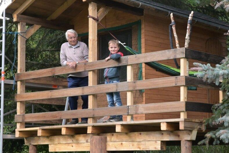 Hans-Jürgen Gläser (81) hat für seinen siebenjährigen Urenkel Erik auf seinem Grundstück in Eibenstock ein Baumhaus gebaut. Geholfen haben dabei die beiden Großväter und der Vater des Jungen.
