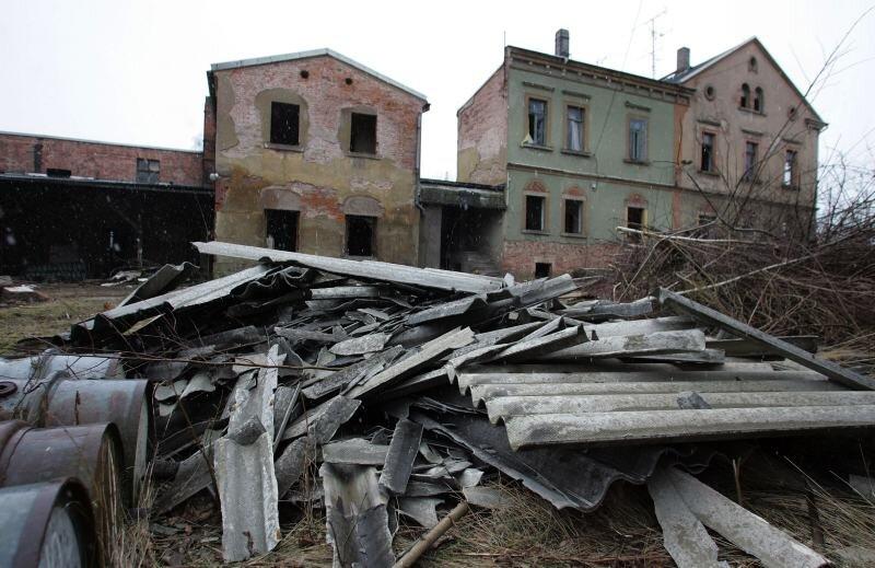 """<p class=""""artikelinhalt"""">Vier volle Fässer, ein Haufen asbesthaltiger Dachteile und die Ruine selbst sorgen für reichlich Gefahrenpotenzial.</p>"""