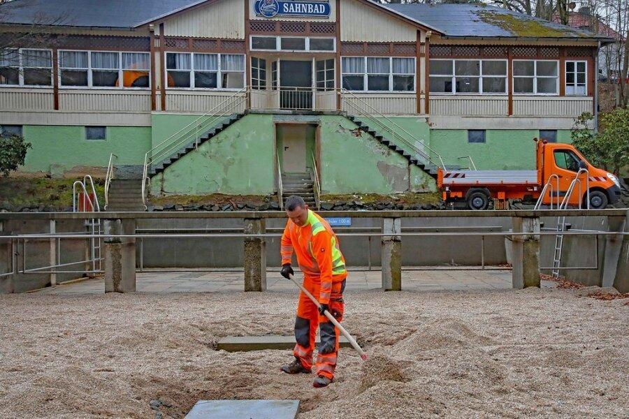 Schwimmmeister Matthias Wienold bereitet im Sahnbad die Fundamente für die geplante Rutsche im Nichtschwimmerbecken vor.