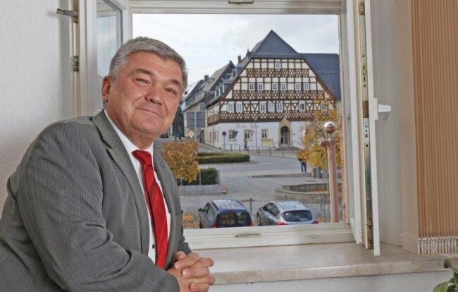 """Beim Blick aus dem Fenster seines Amtszimmers freut sich Andreas Steiner über den neu hergerichteten Marktplatz mit dem denkmalgerecht sanierten """"Weißen Roß"""". Schade findet er es aber, dass für dieses kein Gaststättenbetreiber gefunden wurde."""