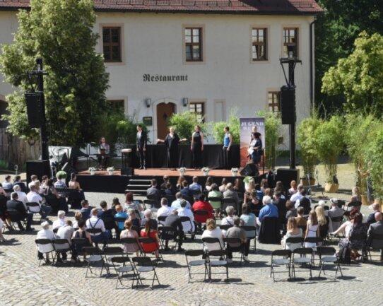 Auch im Wasserschloß Klaffenbach finden am Wochenende wieder Jugendweihen statt, jedoch nicht im Innenhof wie bei dieser Feier im vergangenen Jahr, sondern im Gebäudeinneren.