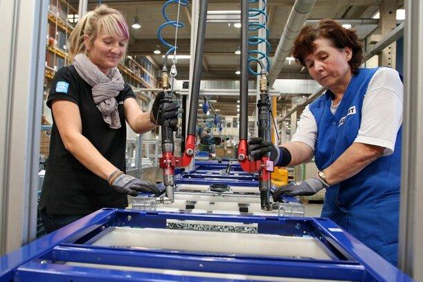 Bianca Vogel (links) und Ursula Nagel in der Produktionshalle von Geberit in Lichtenstein.