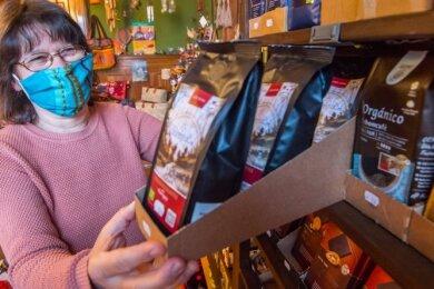 """Birgit Mädler ist Mitglied im Verein """"Eine-Welt-Laden"""", der im Bürgerhaus Aue und in Eibenstock Läden betreibt."""