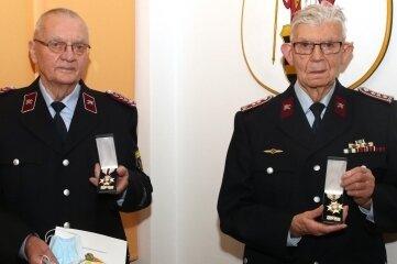 Günter Bartsch (links) und Gotthard Nordmann wurden mit Ehrenkreuzen ausgezeichnet.