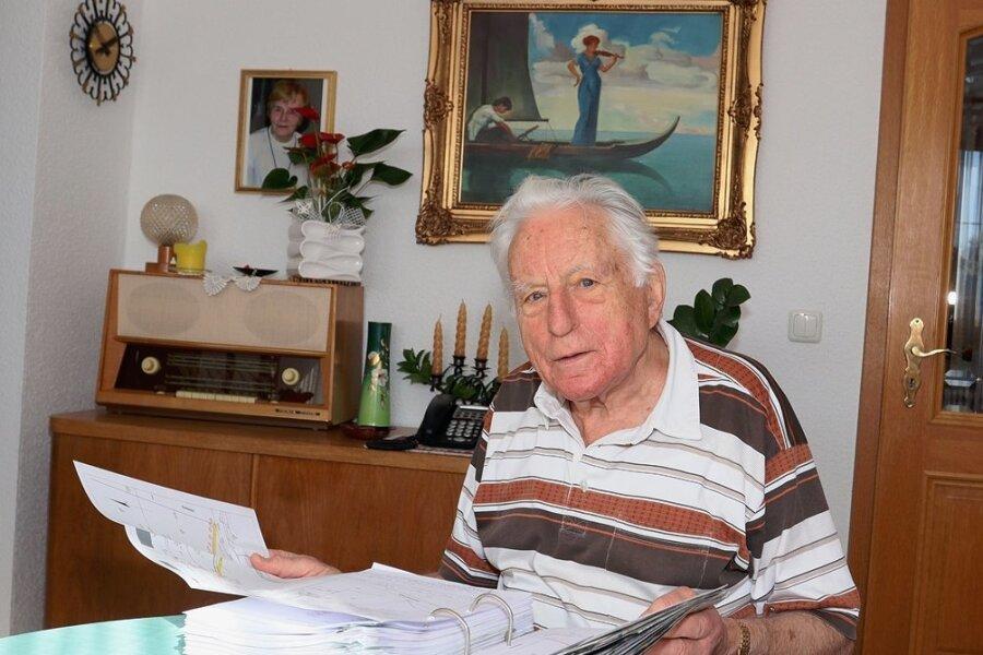 Auch einen über 100 Seiten umfassenden Haushaltsplan arbeitet Eduard Spinka vor einer Gemeinderatssitzung mit Akribie durch.