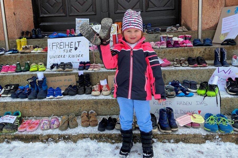 Auch die dreijährige Cailin ist mit ihrer Mutti zum Thalheimer Rathaus gekommen, um ein paar Schuhe zu bringen.