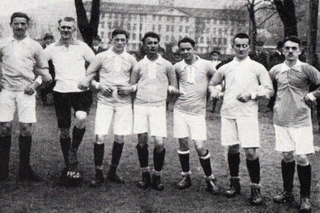 """Die Neuhausener Kicker im Jahr 1920: Die ersten Spiele trug die Gründungsmannschaft der Sport- und Spielvereinigung am """"Seifert Gut"""" in Dittersbach aus."""