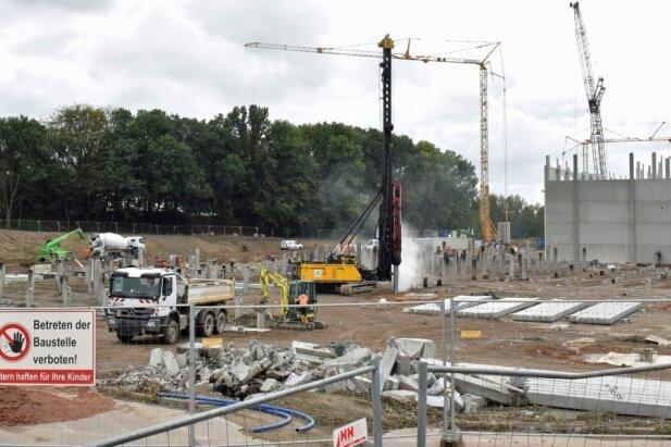 Die Verpackungsfirmen Wellpappe und Display verdoppeln ihre Gewerbeflächen im Gewerbegebiet Auerswalder Höhe. Neue Produktionsgebäude samt Hochregallager werden für 35 Millionen Euro gebaut. Die Produktion soll im Sommer 2021 starten. Lärm und Dreck stören Anwohner.