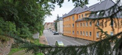 Vor fast genau 73 Jahren schnitt Oskar Meyer seiner Frau die Kehle durch. Die Tat ereignete sich in einem Wohnhaus an der damaligen Ernst-Thälmann-Straße (heute Vielauer Straße).