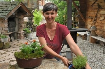 Die Badegärten vor dem Neustart - im Bild Mitarbeiterin Romy Röthel beim Bepflanzen.
