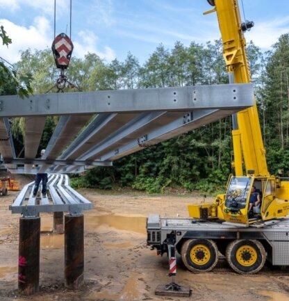 Die Montage der sechs Segmente für den Steg, auf dem der Göltzschtalradweg den Maschinenteich überquert, ist nahezu abgeschlossen. Was noch fehlt sind Planken und Geländer. Voraussichtlich Ende September wird der Radweg freigegeben.