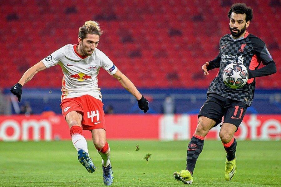 Kevin Kampl bringt im Hinspiel gegen den FC Liverpool eine Flanke herein. Mohamed Salah kann es nicht verhindern.