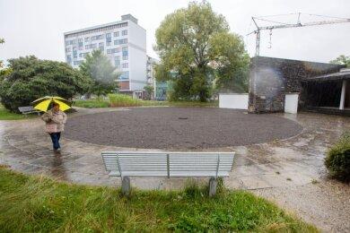 Das Rondell in der Parkanlage am Albertplatz erhält eine Bepflanzung, die mit Hitze und Trockenheit klarkommt. Im einstigen Wasserbecken war der Abfluss verstopft. Das Beet wurde bei Regen zum Sumpf.