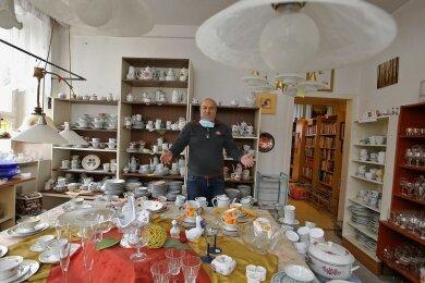 Möbelbörsen-Chef Winfried Wilschke umgeben von DDR-Porzellan. Wegen Corona kommen keine Kunden mehr.