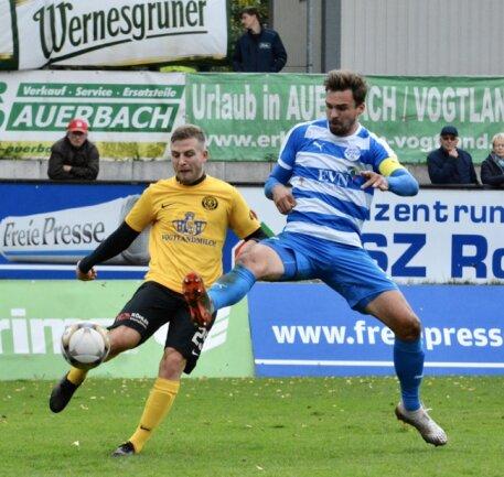 VfB-Spieler Albert Löser (l.) im Zweikampf mit Nordhausens Kapitän Nils Pichinot.