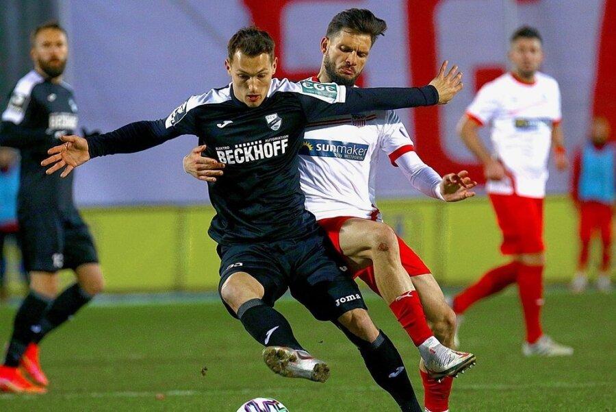 Zwickaus Marco Schikora (rechts) lässt Sven Köhler keine Zeit, den Ball zu kontrollieren. So giftig und konsequent müssen die Westsachsen auch in Saarbrücken in die Zweikämpfe gehen.