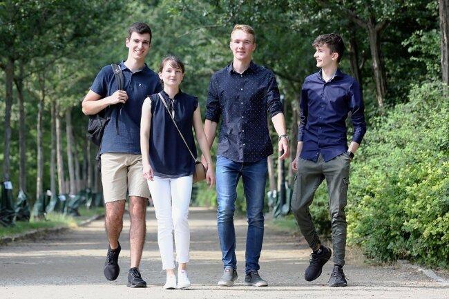 Der Zwickauer Johannes Schwarzer, die Schönfelserin Lucie Edel, der Neumarker Janus Schaarschmidt und der Zwickauer Marius Reinhold (v. l.) haben ihr Abitur mit Bravour bestanden. Nun trennen sich ihre Wege.