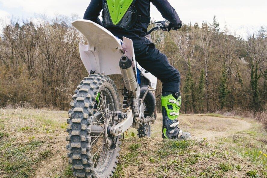 Das Symbolbild illustriert das Spannungsfeld: Motorradfahrer haben im Wald nichts zu suchen.