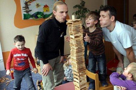 """Ein seltenes Bild: In der Kita """"Regenbogenland"""" im Zwickauer Stadtteil Eckersbach arbeiten gleich zwei Erzieher. René Schneider (links) und Marko Georgi spielen mit den Kindern der Vorschulgruppe."""