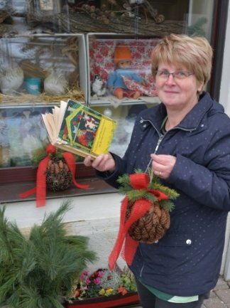Sabine Kempe vom Blumengeschäft hat ein Märchen gewählt, das im Wald spielt; deshalb die Zapfendeko.