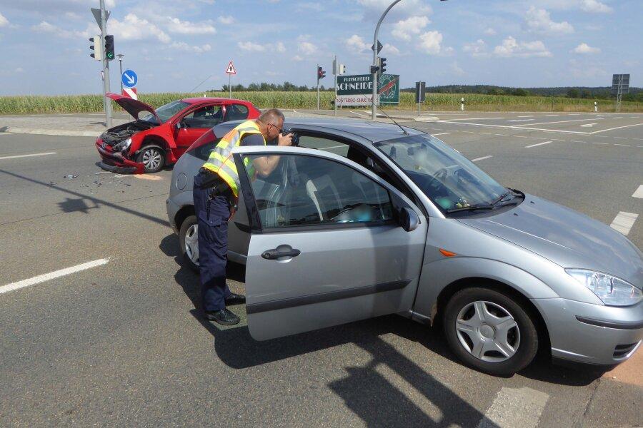 Zwei Verletzte bei Zusammenstoß an Kreuzung