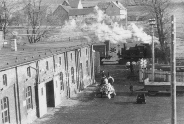 Das historische Foto zeigt die Renak-Schmiede in Unterheinsdorf mit der Rollbockbahn.
