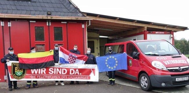 Die gesammelte Schutzkleidung wurde vorm Feuerwehrgerätehaus in Leipzig-Knautnaundorf übergeben. Lange war unklar, ob das aufgrund der Corona-Pandemie möglich ist. Doch es hat vor Kurzem geklappt.