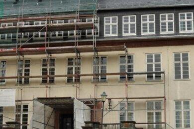 Ein Teil des Gerüsts an der Oberschule Niederwiesa ist bereits verschwunden, der Rest soll am 2. November abgebaut werden.