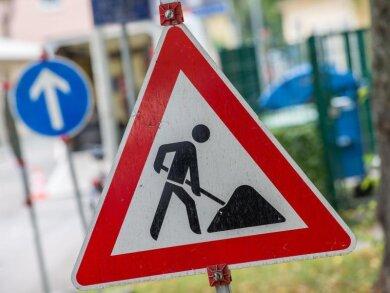 Ein Straßenschild weist auf eine Baustelle hin.