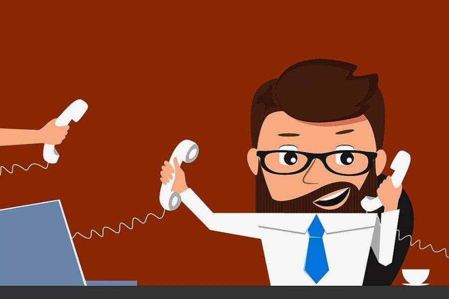 Ein Kopf, zwei Ohren und eintausend Fragen: Gerade zu Beginn der Pandemie klingelten die Telefone der Corona-Hotline ununterbrochen.