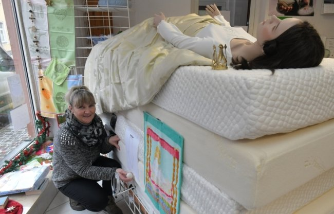 Auch Elke Fritzsche vom Bettengeschäft Uhlmann findet die Idee vom Märchenzauber toll. In ihrem Schaufenster hat es sich glatt eine Prinzessin gemütlich gemacht.