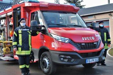 Michael Tanneberger (links) und Nico Tanneberger präsentieren das neue Einsatzfahrzeug der Kleinhartmannsdorfer Feuerwehr. Das 180-PS-Gefährt kann 800 Liter Löschwasser transportieren.