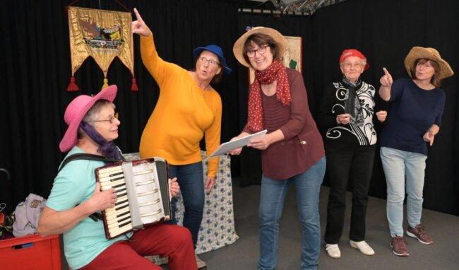 Ilse Schröter, Uta Bauer, Birgit Kölbel, Siegrid Heyner und Heidrun Dartsch (von links) gehören zum Senioren-Theater und sind mit Herz und Seele dabei.