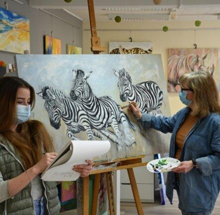"""""""Annetts Atelier"""": Tiermalerei ist eine Spezialität von Chefin Annett Tropschug (rechts). Jill Oesterreich (links) kommt, um ihre Fähigkeiten zu verfeinern. Während der Kunsthandwerkstage blieb es sonst aber leer."""