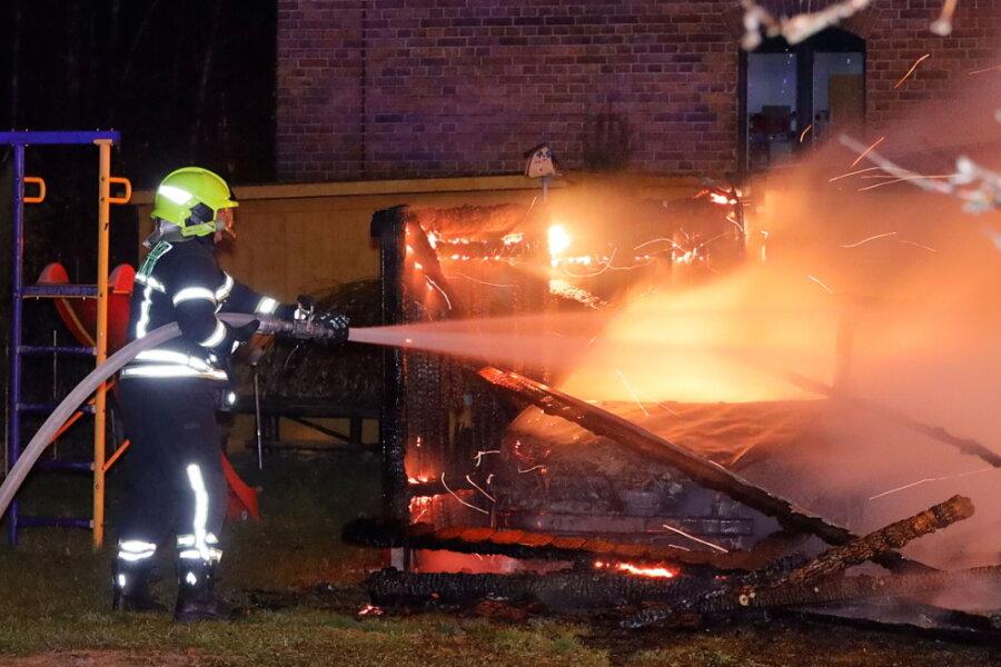 Carport mit vier Fahrzeugen brennt aus