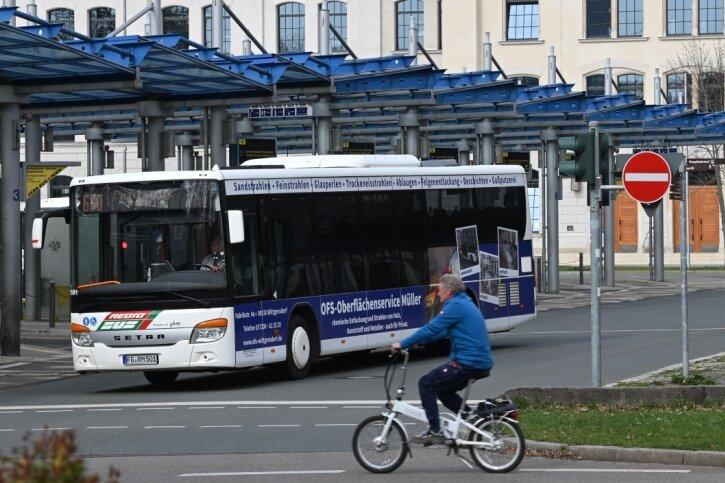 Nach der Fertigstellung der neuen Uni-Bibliothek (im Hintergrund) sollte der Busbahnhof eigentlich an den Hauptbahnhof umziehen.
