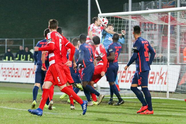 Die umstrittene Szene zum 1:0: Zwickaus Kapitän Toni Wachsmuth im Duell mit Cottbus-Keeper Kevin Rauhut.