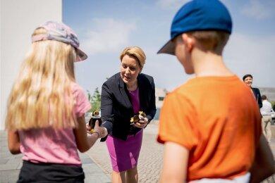 Kindergeschenke von Bundesfamilienministerin Franziska Giffey. Nur: Viele werden davon enttäuscht sein.
