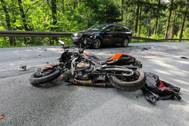 Motorradfahrer und Autofahrerin bei Unfall auf B283 verletzt