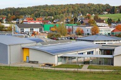 Auf den Dächern der Lebensbrücke-Werkstatt befindet sich nun eine Fotovoltaik-Anlage.