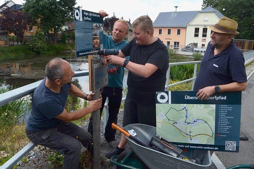 Der Dorfpfad Eich nimmt Gestalt an: Norman Hein, Uwe Tschirner, Arno und Torsten Forner (von links) markieren Station 1 am Anger.