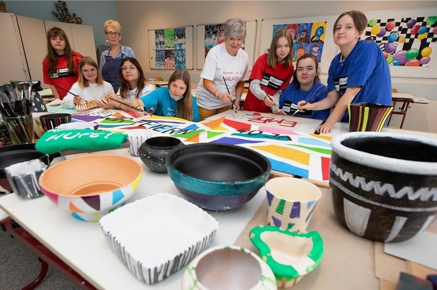 Letzte Handgriffe an kleinen Kunstwerken, die beim Fest verkauft werden sollen: kreative Schülerinnen mit Kunsterzieherin Annett Wunderlich (hinten, Zweite von links) und Schulleiterin Simone Heilmann (Mitte).