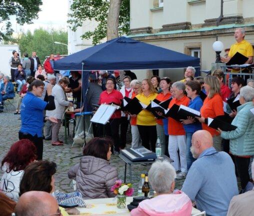 """Der Stadtchor Thalheim hat zum Sommerfest im Hof der Neukirchner Villa ein Lieder-Repertoire von """"Wach auf, meins Herzens Schöne"""" bis """"Katjuscha"""" geboten."""