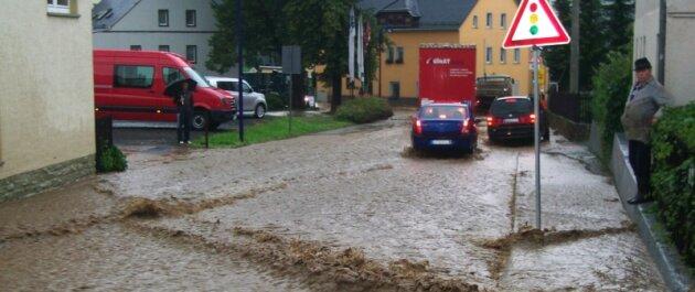 Auch an der Kreuzung in Niedergelenau war die Straße überflutet, obwohl zum Zeitpunkt des Fotos schon das Gröbste vorbei war. Das Wasser schoss sogar durch Fenster, berichten Augenzeugen.