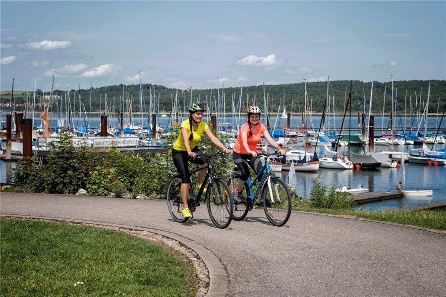 Radeln rund um den Brombachsee: Da das gesamte Ufer öffentlich zugänglich ist, ist das möglich.