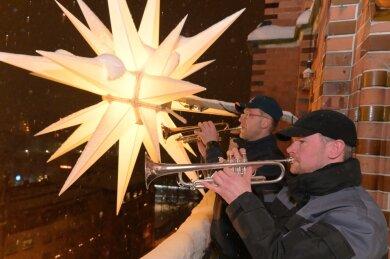 Sebastian Schlesinger (vorn) und Thomas Hildebrandt (hinten) haben am Samstag auf dem Turm der St. Nicolaikirche in Aue gespielt.