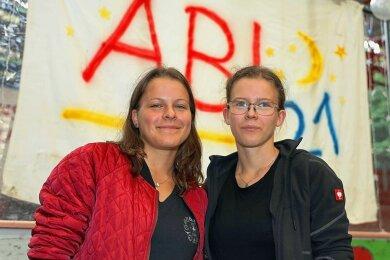 Die Zwillingsschwestern Sindy (links) und Lea Krabsch aus Langenreinsdorf haben ihr Abi am Julius-Motteler-Gymnasium mit einem Zensurendurchschnitt von 1,0 abgeschlossen.